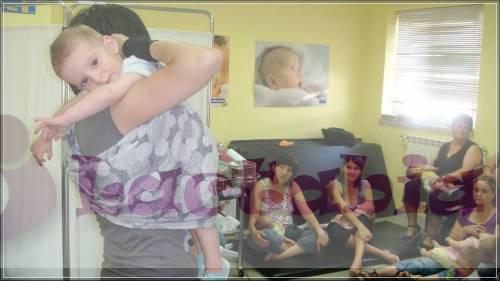 Colocando a un bebé grande en bandolera