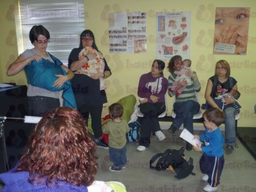 Noelia y Raquel enseñando como se usan las bandoleras